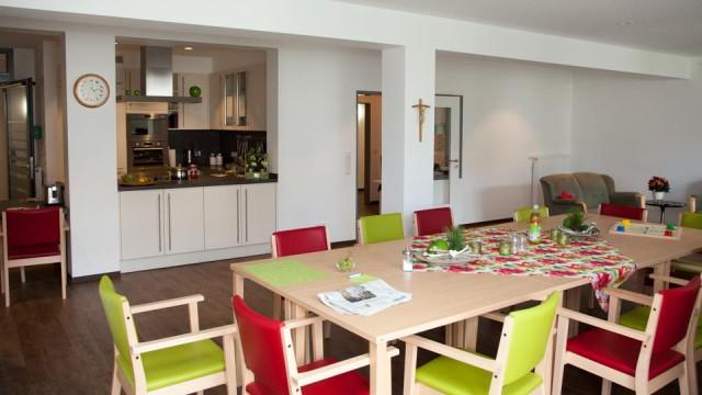 Das ist unsere große Wohnküche mit großem Esstisch, Sesseln, Couch und - natürlich mit der Küche. (Foto: SMMP/Beer)