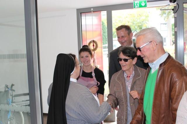 Herzlichen werden die Ehrenamtlichen Helfer aus Oelde von Sr.Veronika in der Seniorenwohngemeinschaft begrüßt