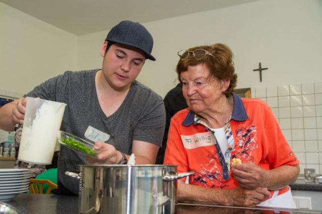Viel Freude hatten Schüler und Senioren in der Lehrküche des Beufskollegs Bergkloster Bestwig beim gemeinsamen Kochen. Foto: SMMP/Bock