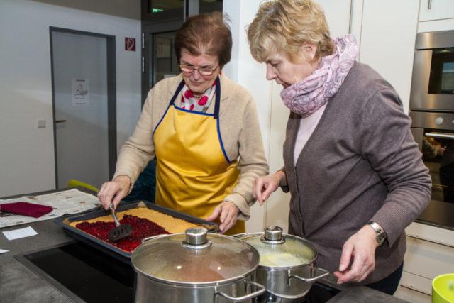Am 20. Juli macht der Bibelsommer in der Senioren-WG Station. Zum Alltag gehört dort auch das gemeinsame Kochen. Foto: SMMP/Bock